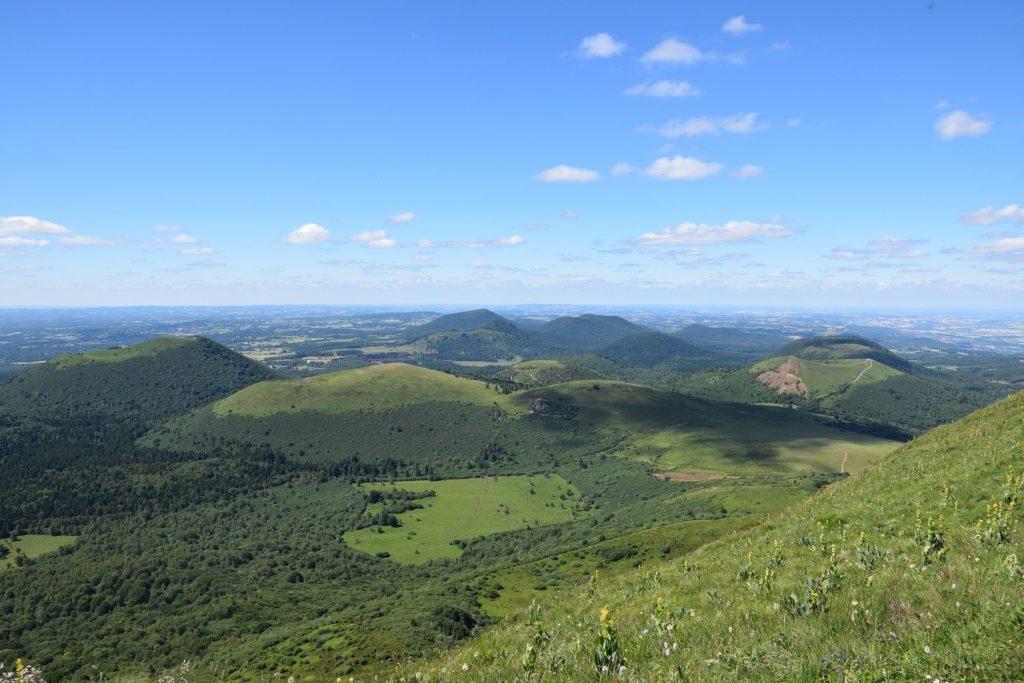 Vue sur différents monts de la chaine des Puys en Auvergne.