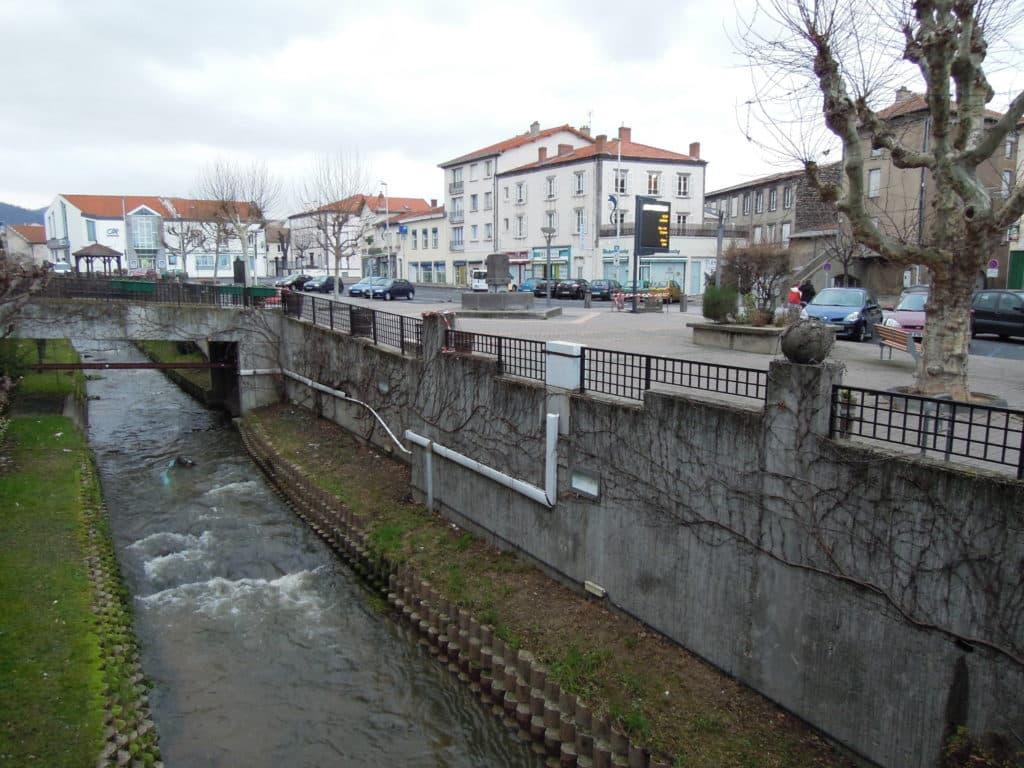 Vue sur une rue d'Aubière avec son ruisseau.