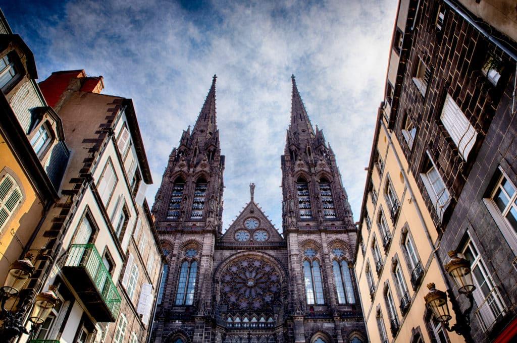 Rue du port à Clermont Ferrand et vue sur la cathédrale de Clermont-Ferrand..