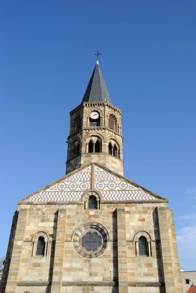 Vue sur le clocher de l'église de Cournon d'Auvergne.