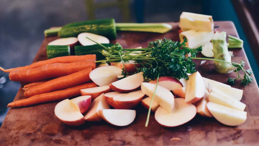 Vue sur des carottes, navets, courgettes du marché local.