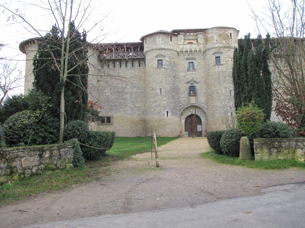 Vue sur l'entrée du château de Mauriac.