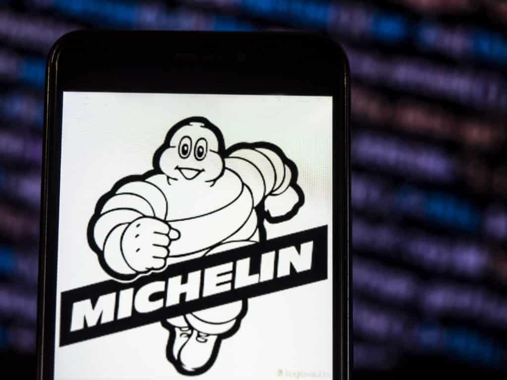 Logo michelin avec le bibendum sur un téléphone .