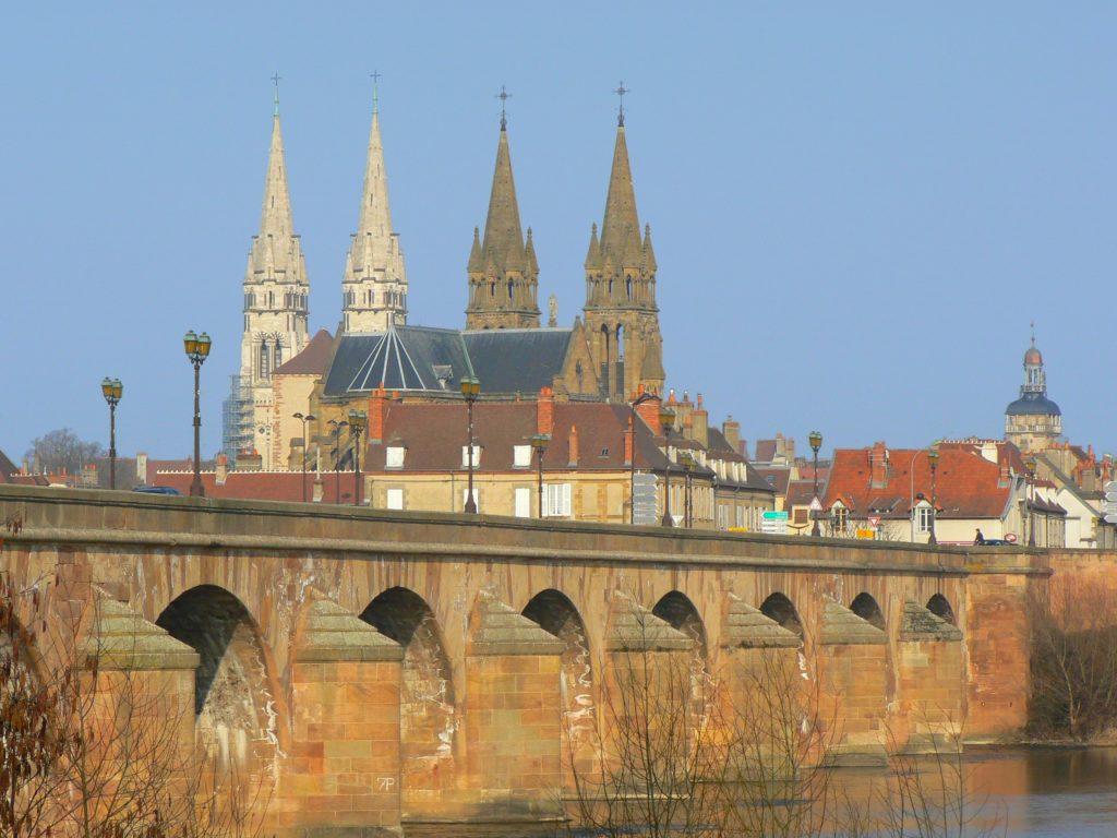 Vue sur le pont de moulins avec la ville en arrière plan.