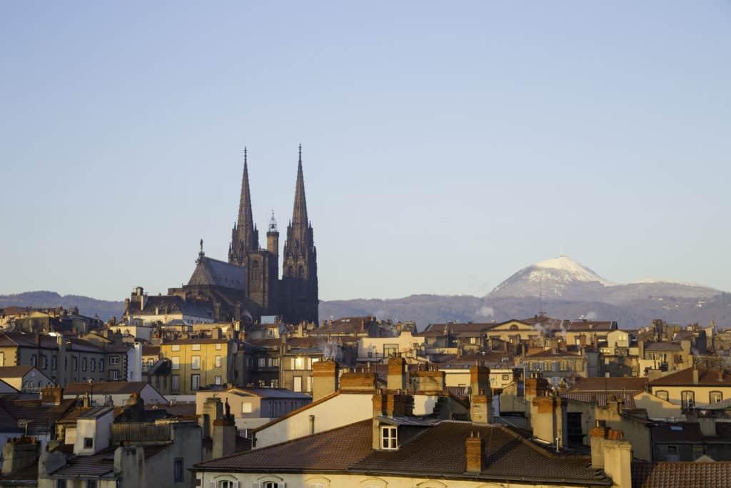 Cathédrale de Clermont-Ferrand avec le puy de dômes en arrière plan.