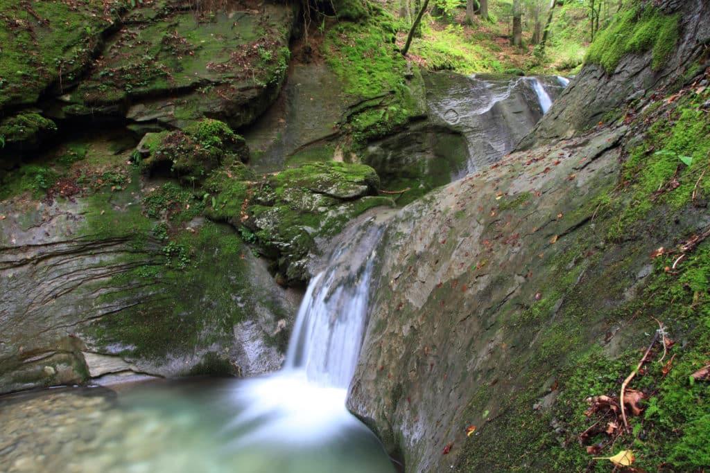 Vue d'une cascade dans le massif de la Chartreuse en Rhône-Alpes.