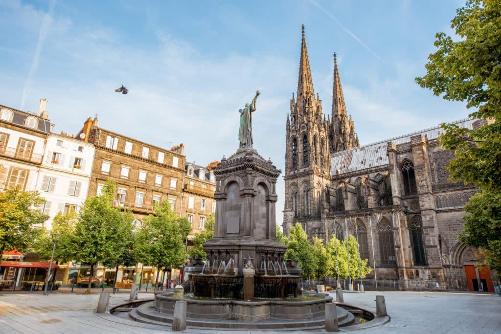 Vue sur la place de la victoire avec la cathédrale de Clermont Ferrand.