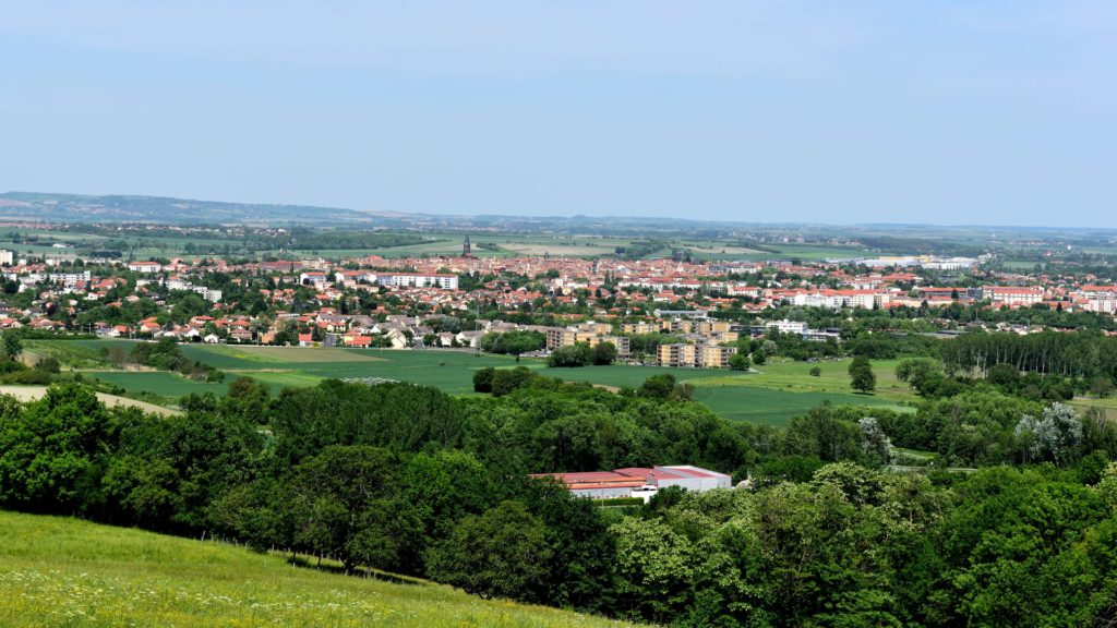Vue lointaine de la ville de Riom avec en fond la plaine de la limagne.