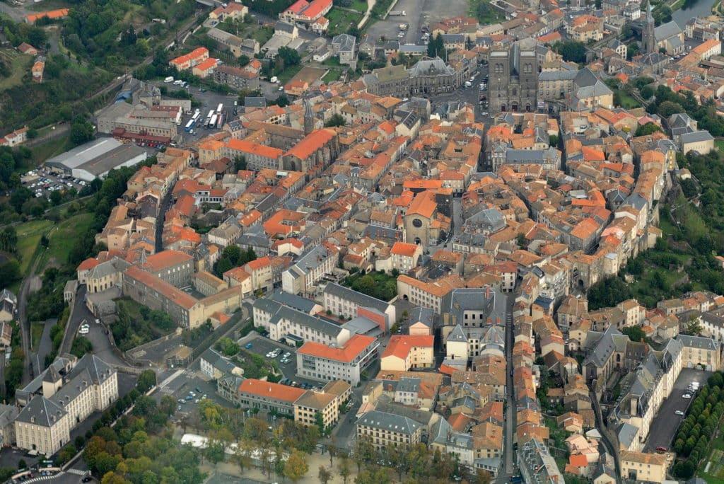 Vue aérienne de Saint Flour dans le Cantal.