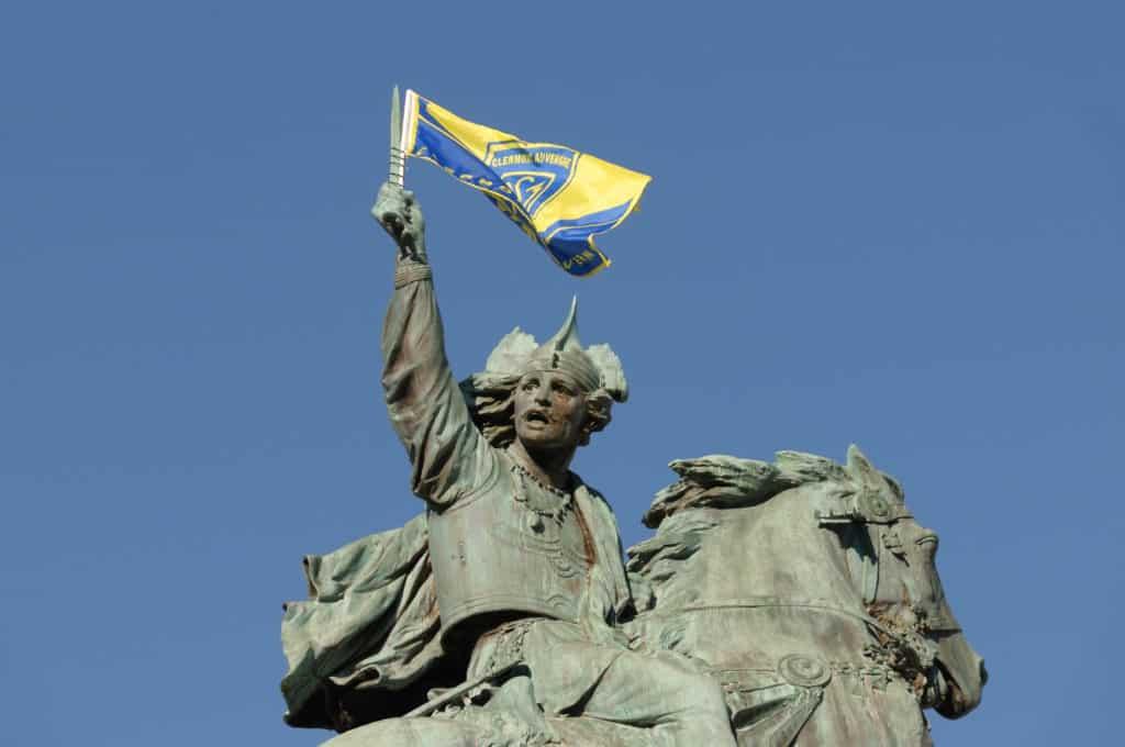 La statue de Vercingétorix à Clermont-Ferrand avec le drapeau de l'ASM.