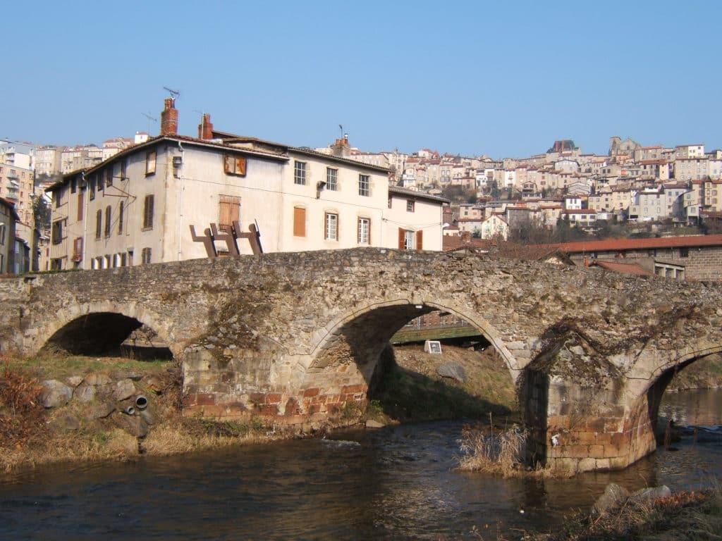 Vue sur la rivière et en arrière plan la ville de Thiers.