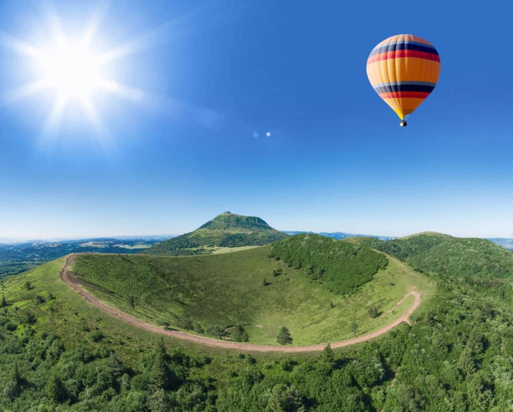 Vue d'une montgolfière qui survole la chaine des Puys dans le Puy de Dôme.