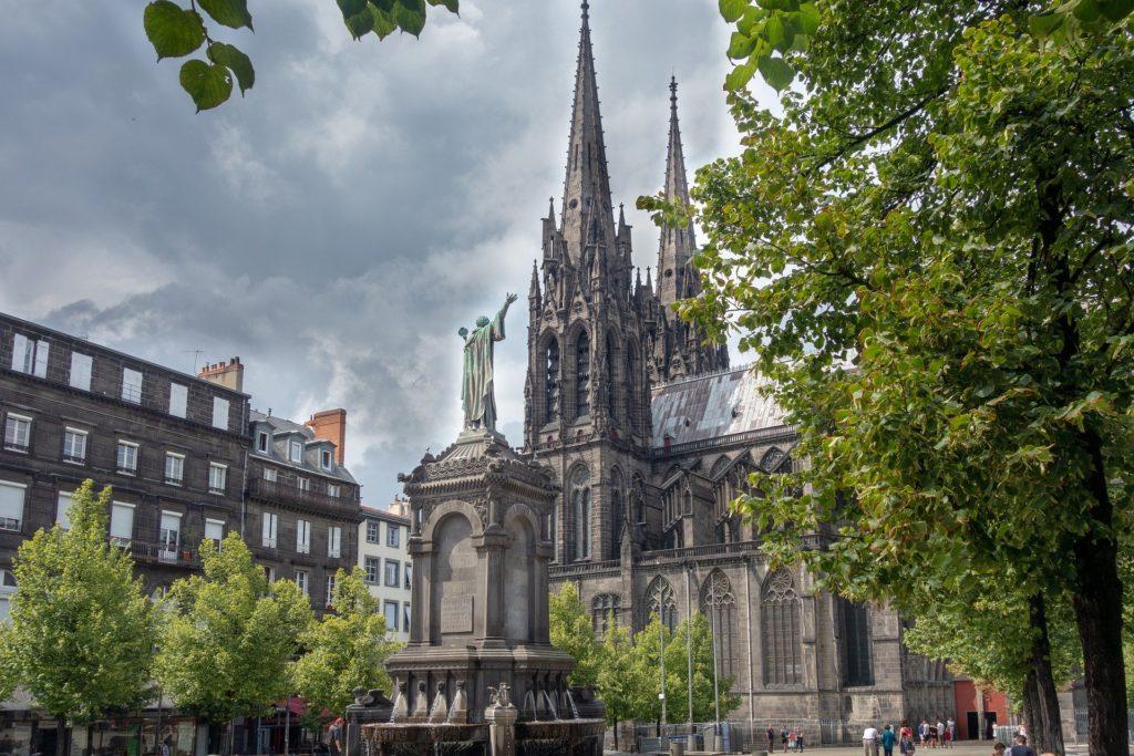 Vue sur la cathédrale de Clermont-Ferrand.