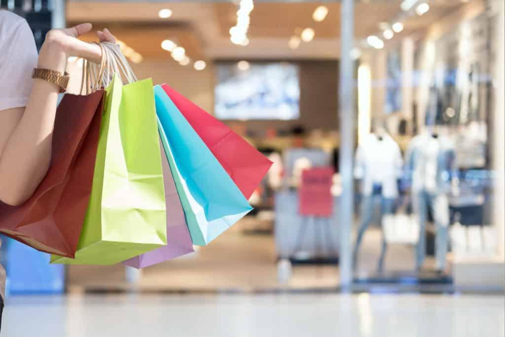 Une personne avec des Sacs de shopping en Auvergne.