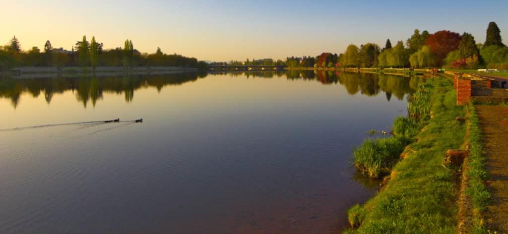 vue sur le lac d'Allier a Vichy en Auvergne.