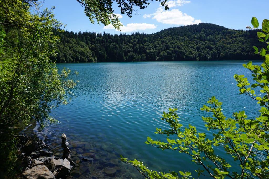 Vue sur le lac Pavin en Auvergne.