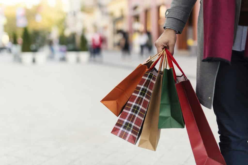 Sac de shopping dans une rue commerçante en région Rhône Alpes Auvergne.