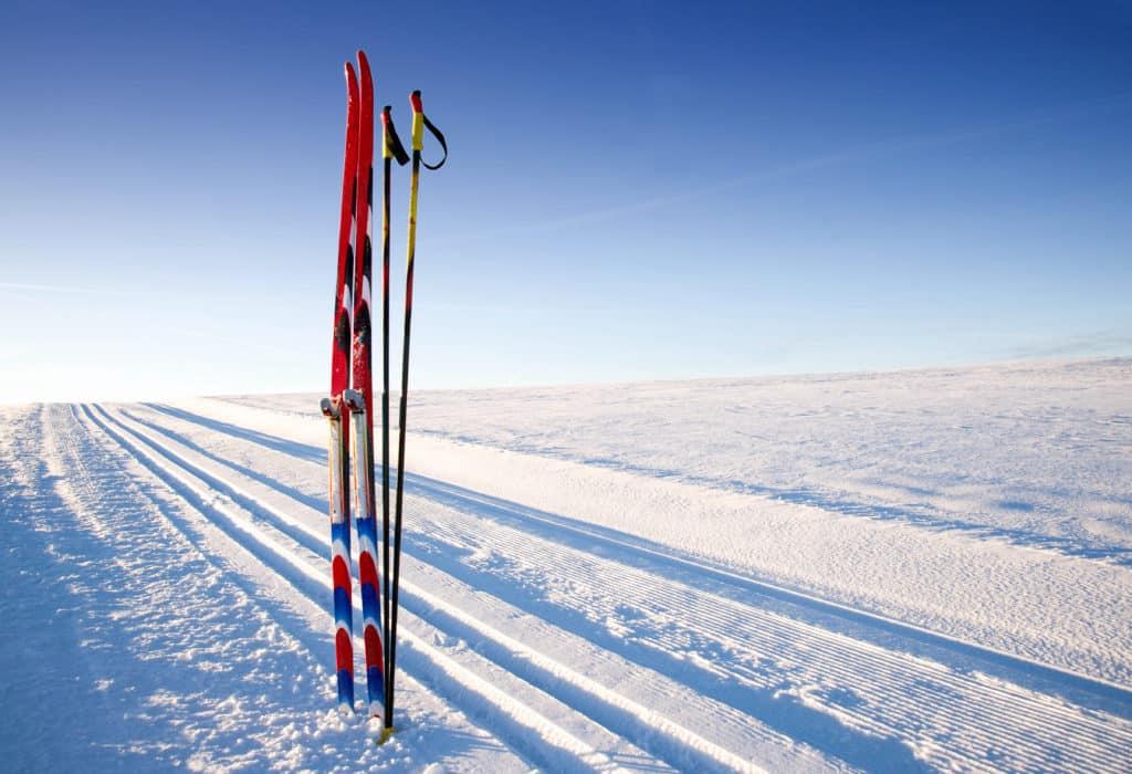 Des skis de fonds planter dans la neige en Rhône Alpes.