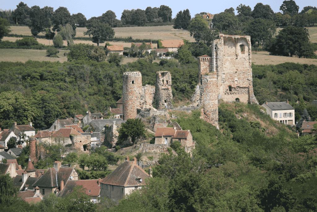 Vue sur le vieux château d'Héreisson proche de Montluçon.
