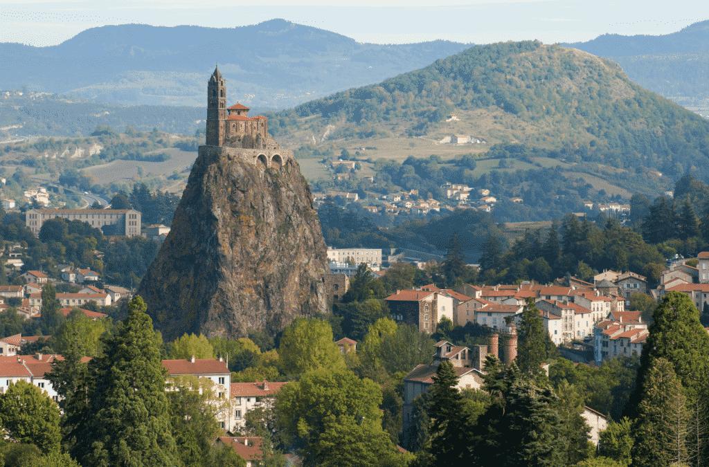 Vue sur la chapelle Saint Michel d'Aiguilhe au Puy en Velay.