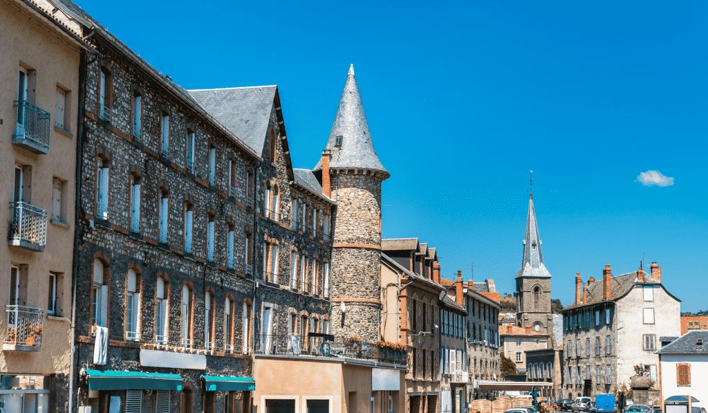 Vue sur une rue de Saint Flour dans le Cantal.