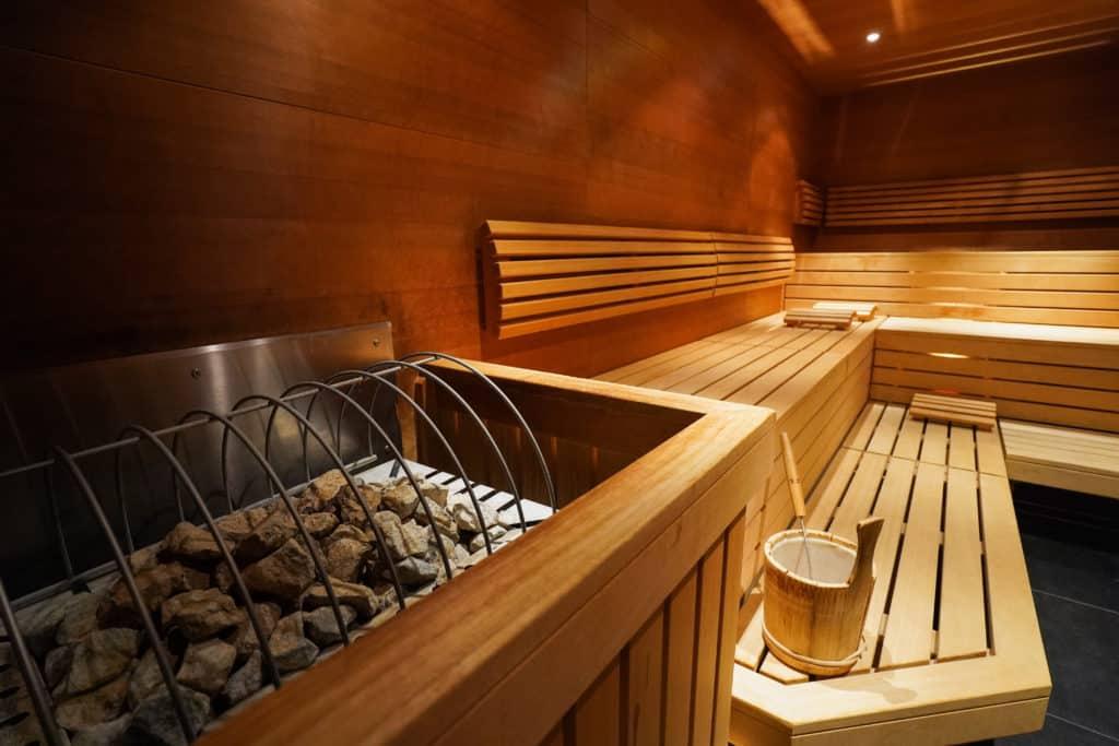 Vue sur l'intérieur d'un sauna.