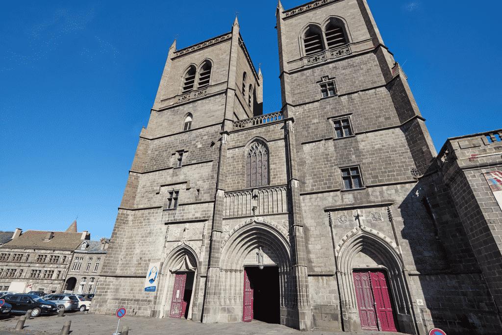 Vue sur l'entrée de la cathédrale de Saint Flour.