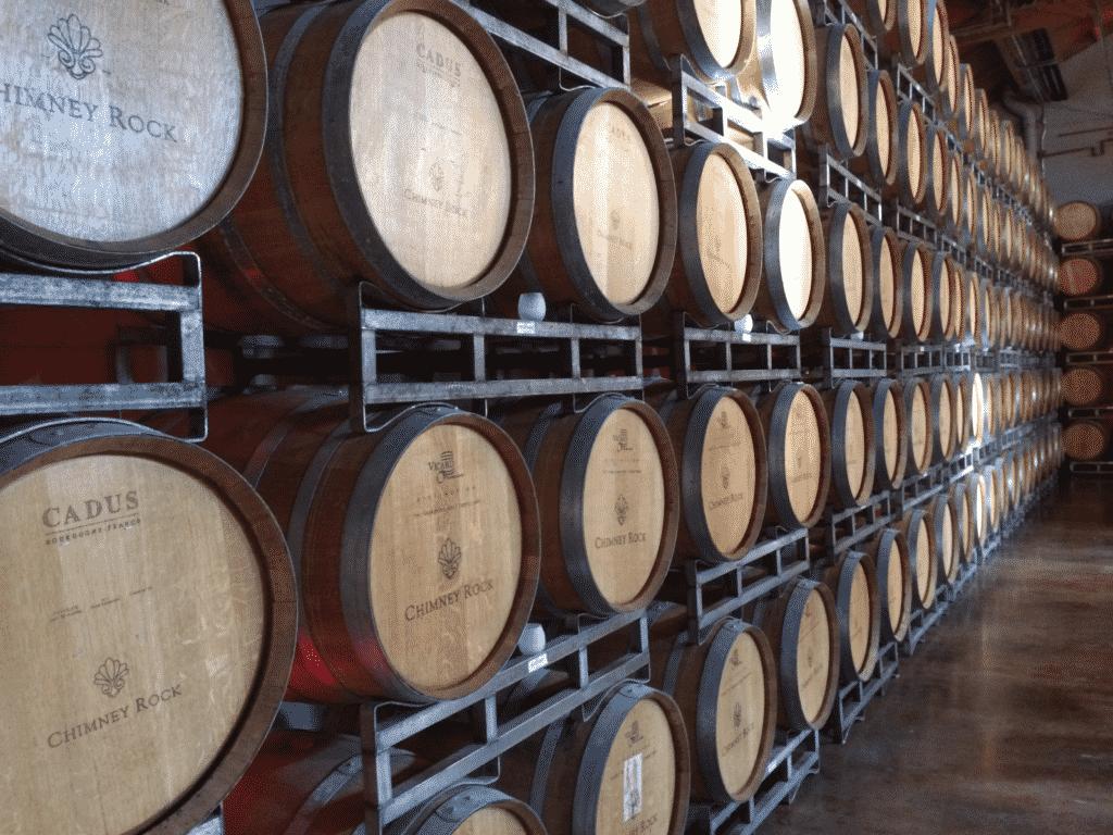 Vue sur l'intérieur d'une cave à vin avec ses tonneaux/