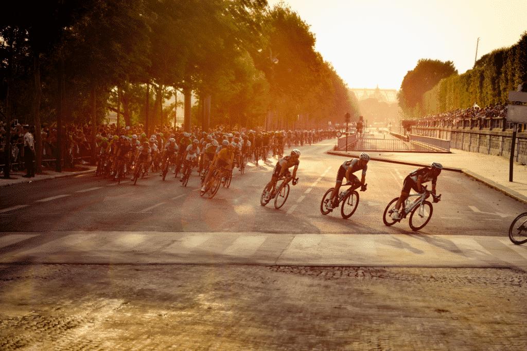 Vue sur une course cycliste.