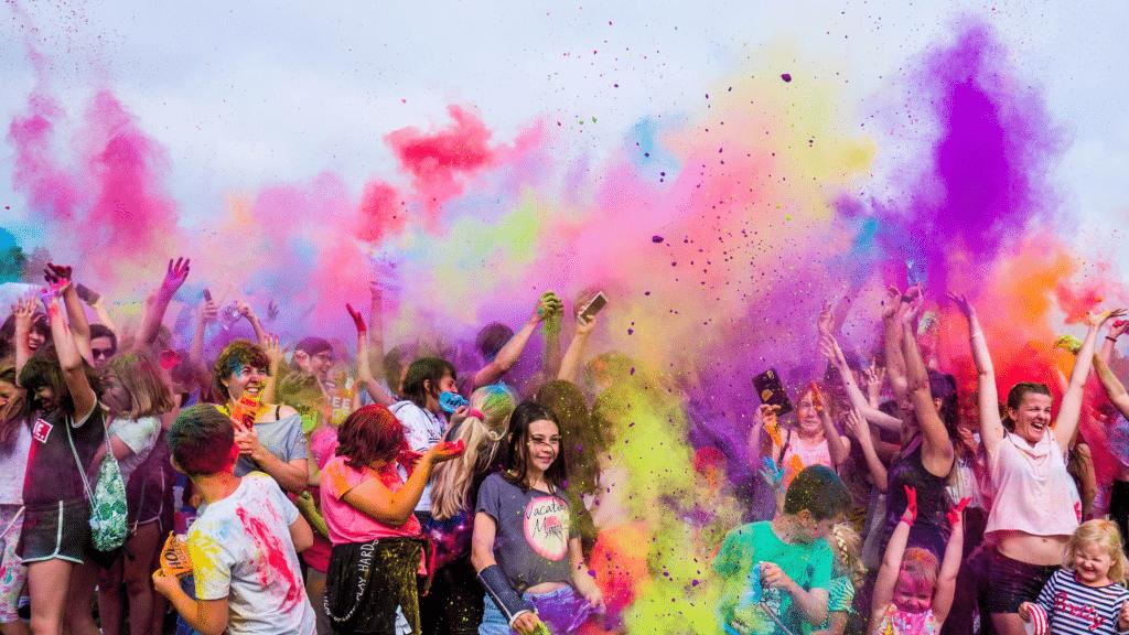 Photos représentants un festival coloré avec de la poudre de couleur.
