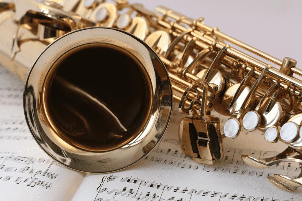 saxophone sur une partition de musique.