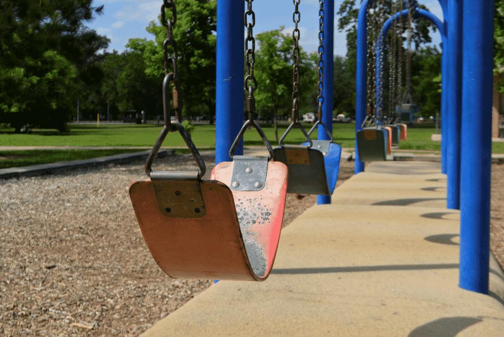 balançoire d'un jardin public.