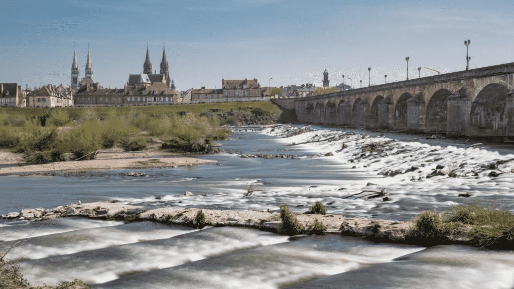 Vue sur le Pont de Moulins qui traverse la rivière l'Allier avec en arrière plan la ville de Moulins.