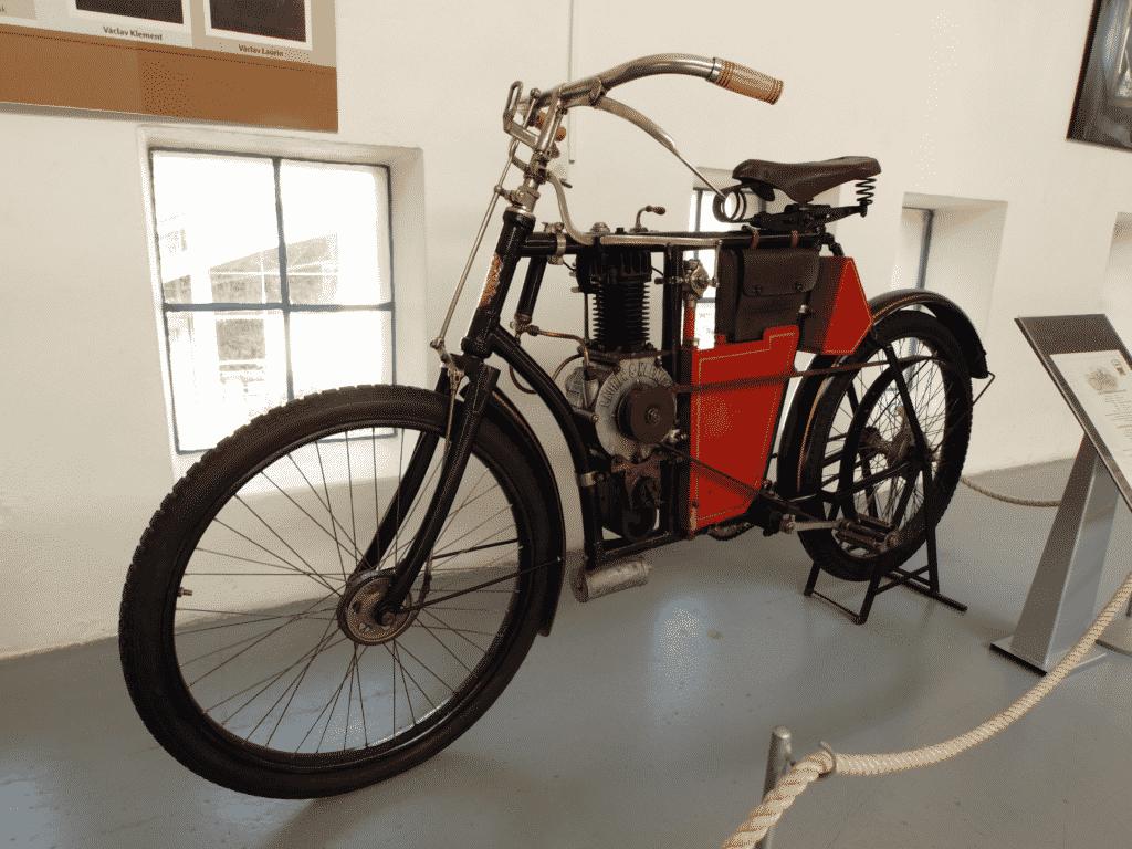 Vue sur une moto d'époque au musée de la moto à Riom.
