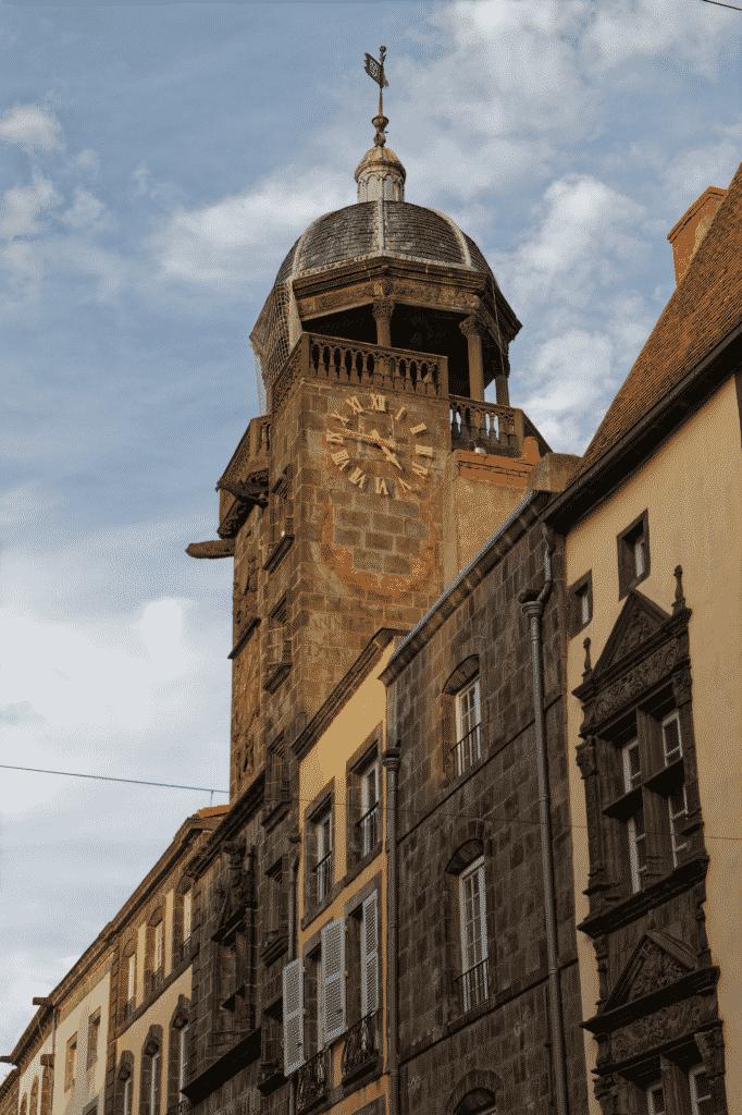 Vue sur la tour de l'horloge en Auvergne.