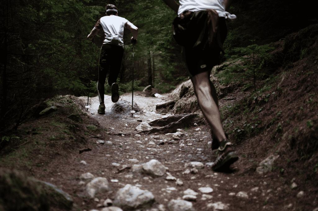 Vue sur deux personnes entrain de faire la pratique du trail en pleine nature à Thiers.