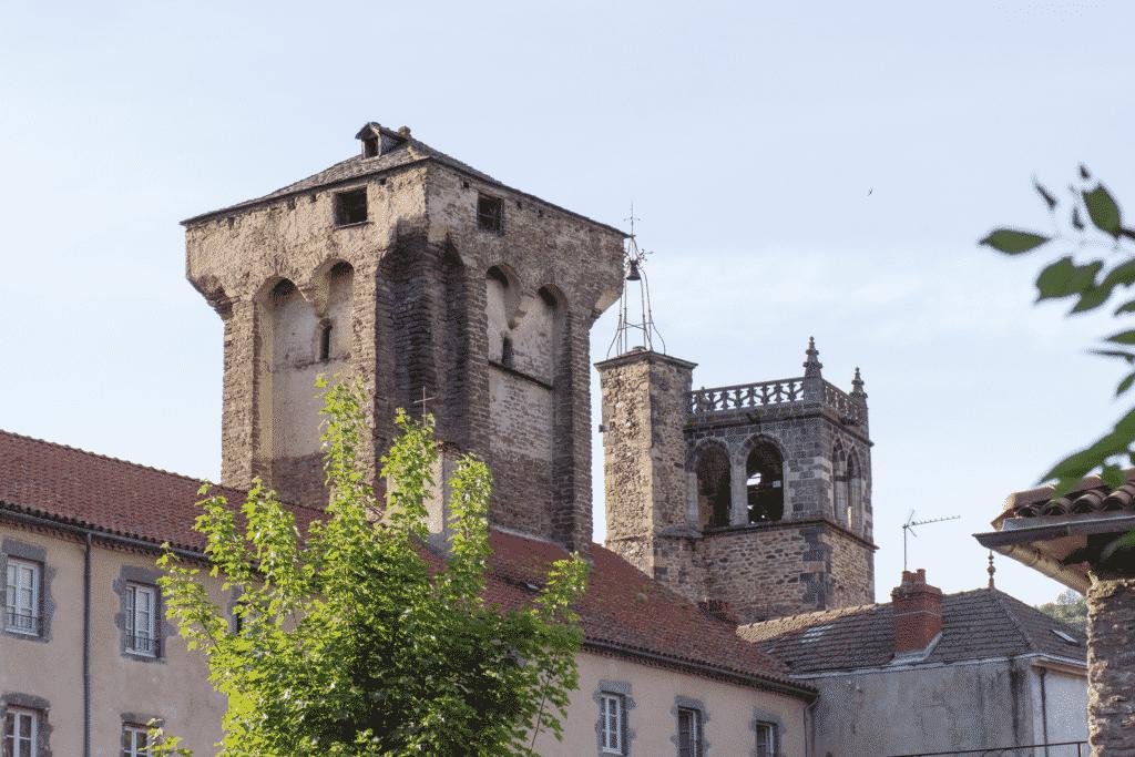 """Vue sur la ville de Blesle classé parmi les """"plus beaux village de France"""" dans la Haute Loire."""