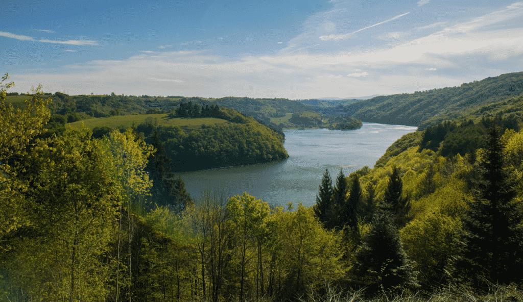 vue sur un lac du Cantal.