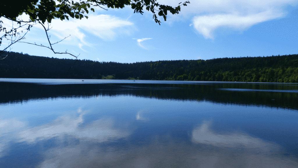Vue sur le Lac du Bouchet en Haute Loire.