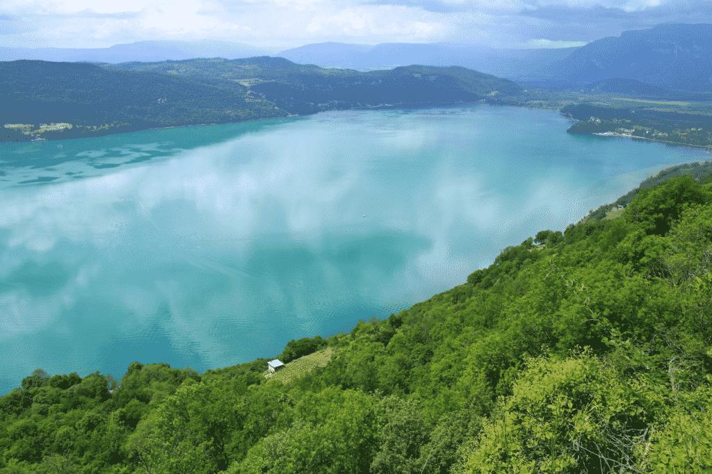 Vue sur le Lac du Bourget à Chambéry en Savoie.