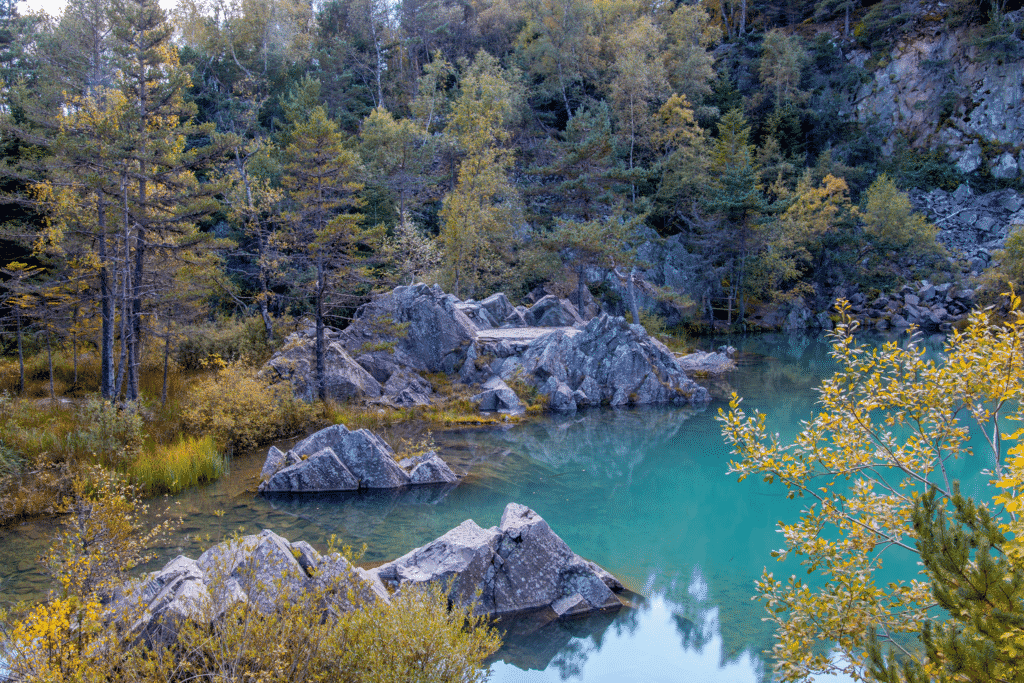Vue sur le Lac bleu de Champclause en Haute Loire