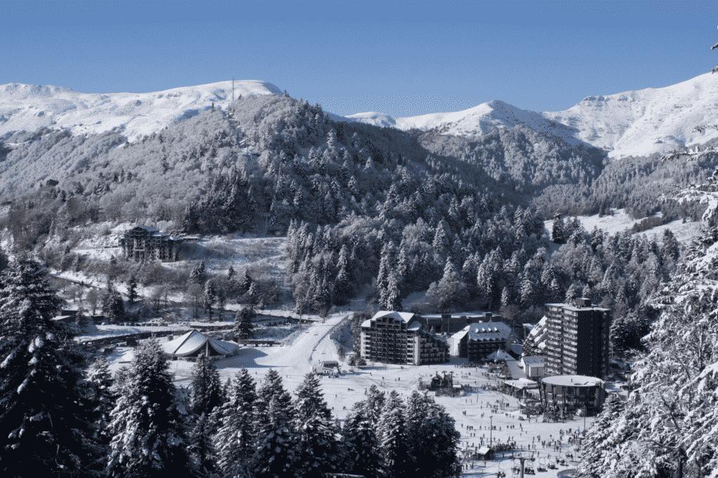 Vue sur la station de ski du Lioran.