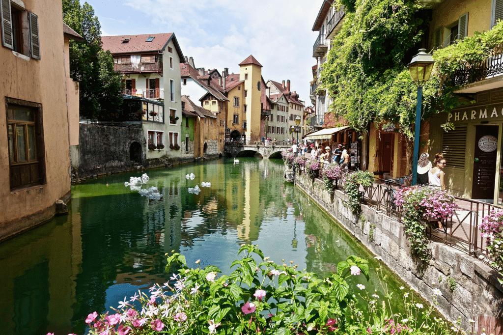 vue sur une voie fluviale à Annecy.