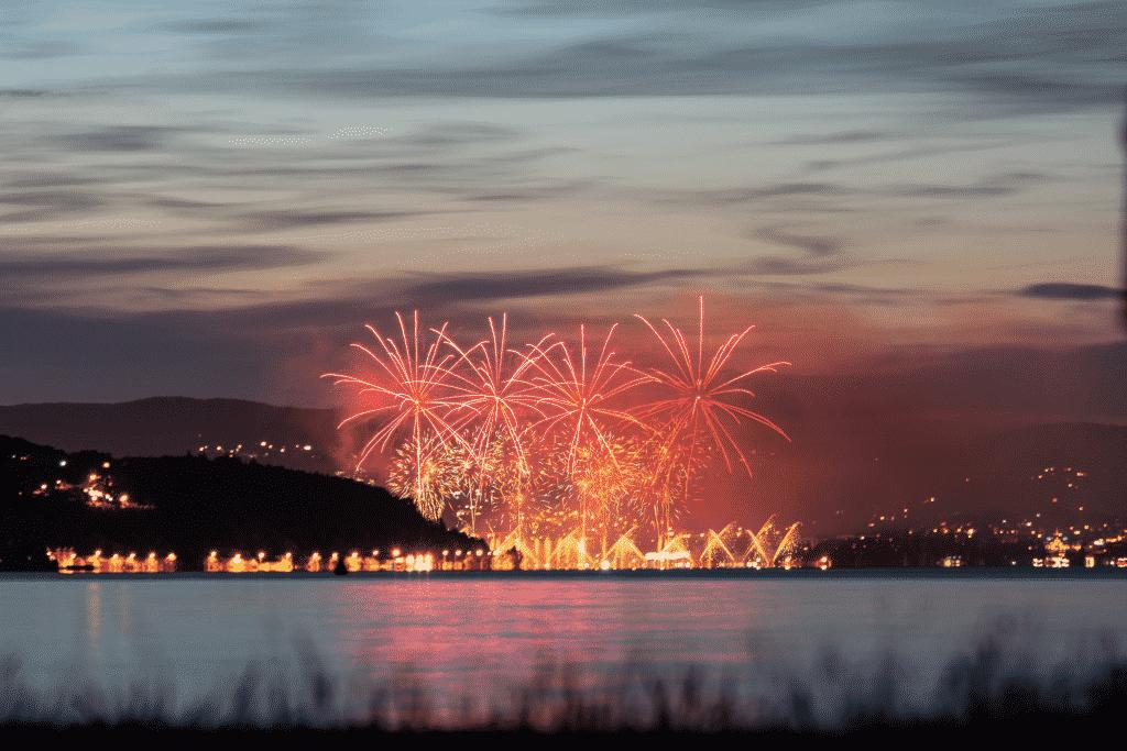 fête sur le lac Annecy avec un feu d'artifice.