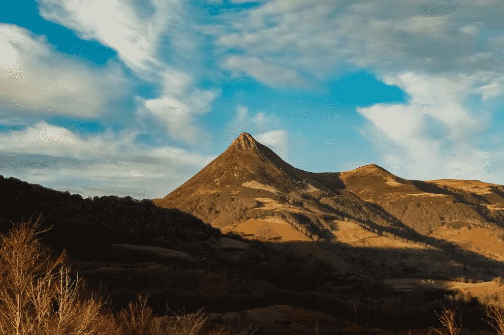 vue sur les sommets du Cantal.