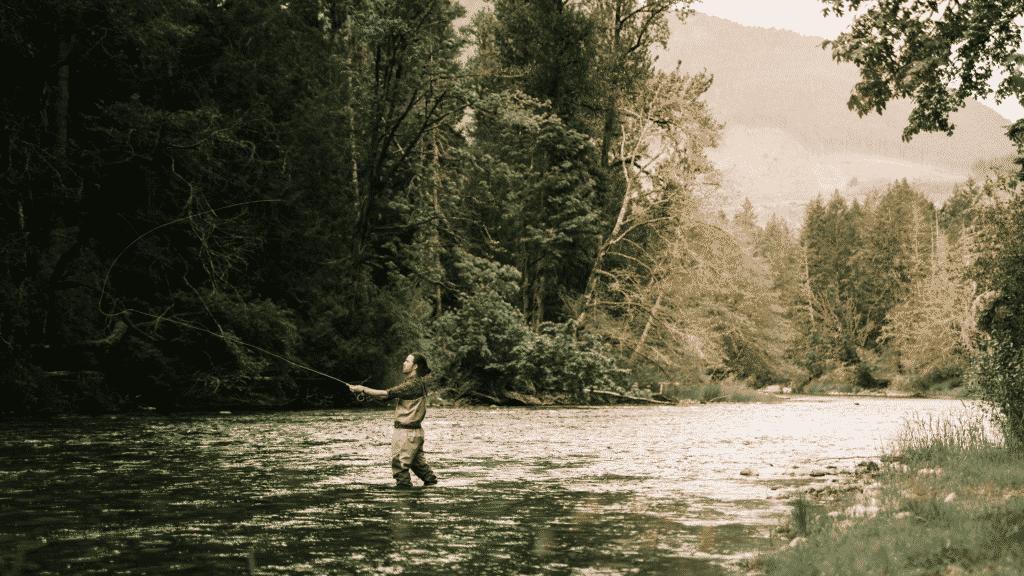 Pécheur dans une rivière Auvergnate.