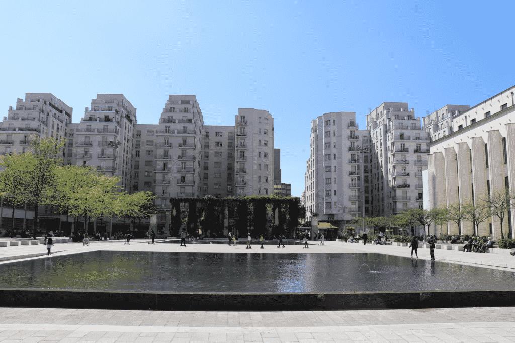 Vue sur les immeubles de Villeurbanne avec une place devant.