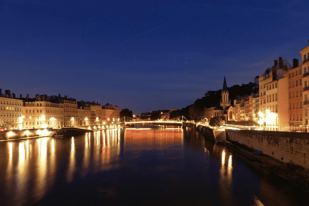 Vue sur le Rhône dans Lyon de nuit