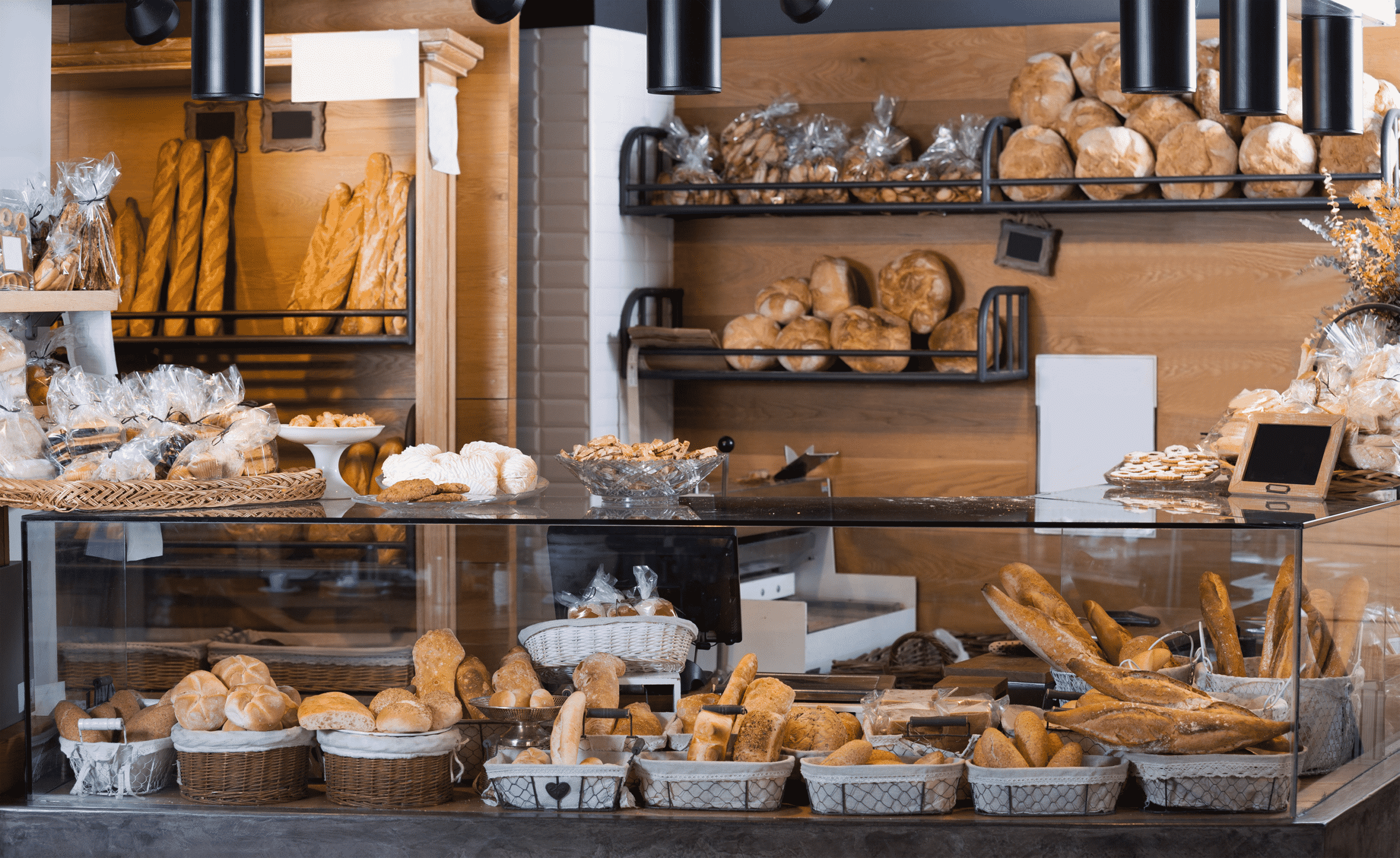Vue sur une présentoir d'une boulangerie avec les différents types de pain en présentation.