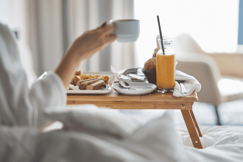 Vue sur un plateau de petit déjeuner dans une chambre d'hôtel.